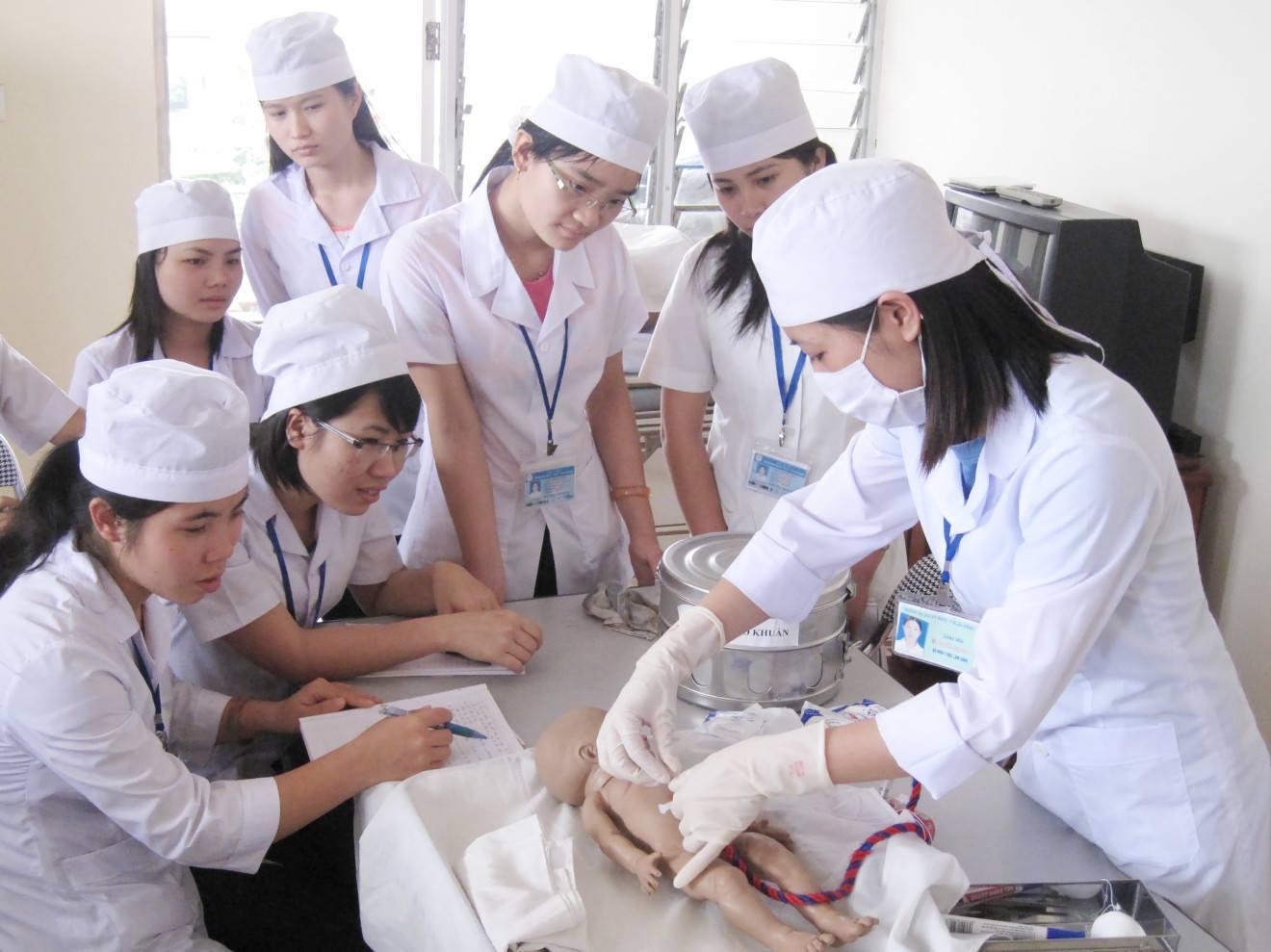 Đặc điểm giống và khác trong công việc của Y sĩ và Điều dưỡng